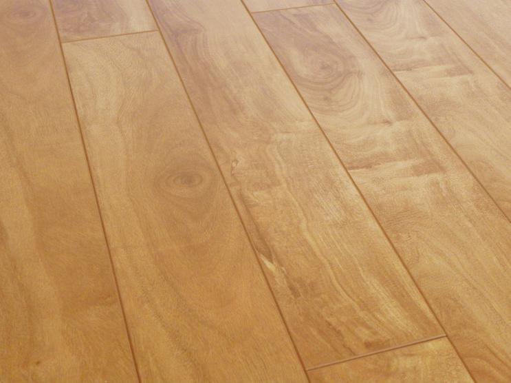 木条隔断   客厅边侧用半墙来做简易隔断.用作过道或者运动高清图片